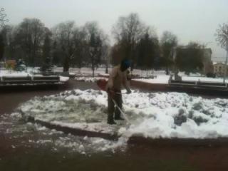 Косит траву под снегом
